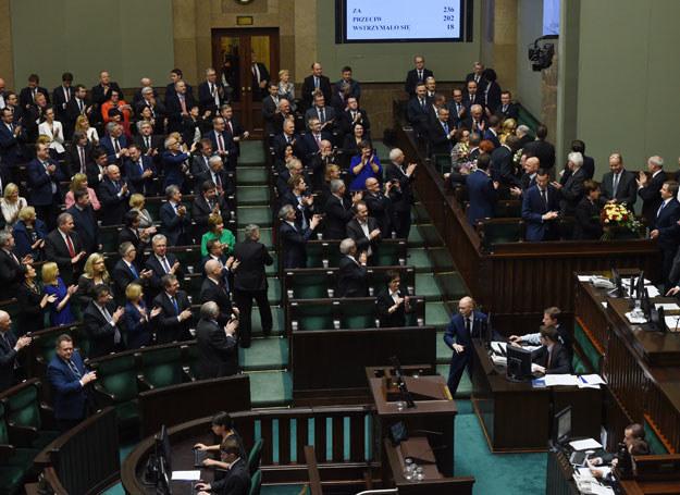 Podczas wieczornego głosowania Sejm udzielił wotum zaufania rządowi Beaty Szydło /Radek Pietruszka /PAP