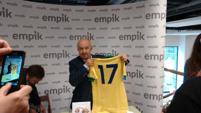Podczas wieczoru autorskiego red. Stefan Szczepłek zaprezentował jedną z cenniejszych w swej kolekcji koszulek, w której grał Jairzinho przeciw Polsce, na Maracanie, w 1966 roku. /INTERIA.PL