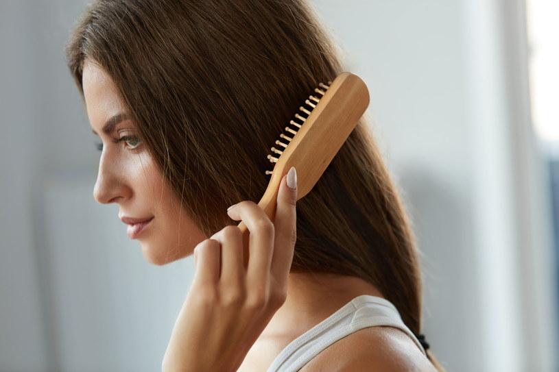 Podczas wiosennego przesilenia nasze włosy często nadmiernie wypadają. Jak temu zaradzić? /123RF/PICSEL