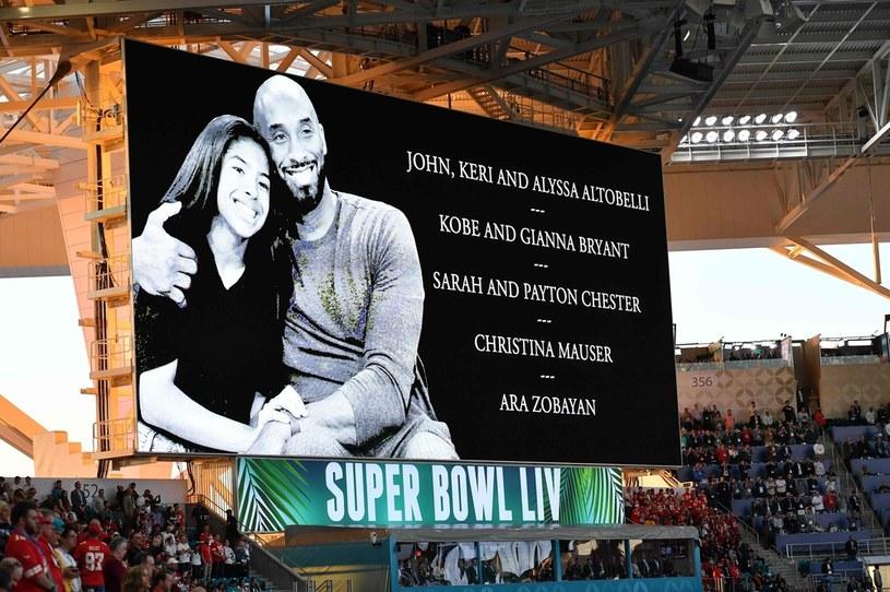Podczas wydarzeń sportowych na całym świecie oddawano hołd zmarłemu Bryantowi /Angela Weiss /AFP