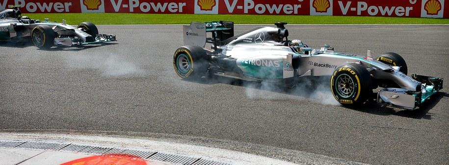 Podczas wyprzedzania Hamiltona niemiecki kierowca uderzył w tylne koło partnera z teamu /BEN STANSALL / POOL /PAP/EPA