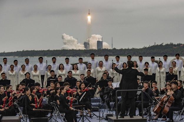 Podczas wystrzelenia chińskiej rakiety w powietrze odbył się m.in. koncert chóru /MATJAZ TANCIC /PAP/EPA