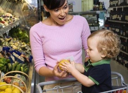 Podczas zakupów dla małego alergika czytania etykiet nie da się uniknąć /© Panthermedia