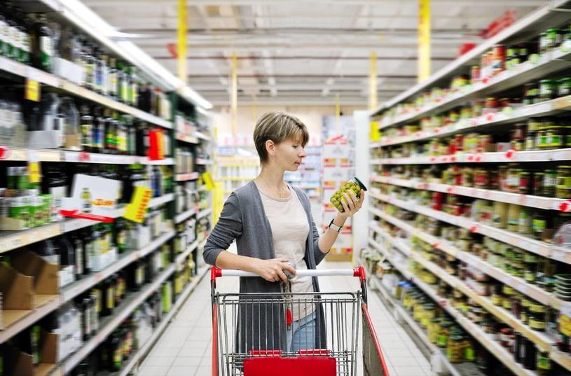 Podczas zakupów warto przeczytać skład produktów, które kupujemy /123RF/PICSEL