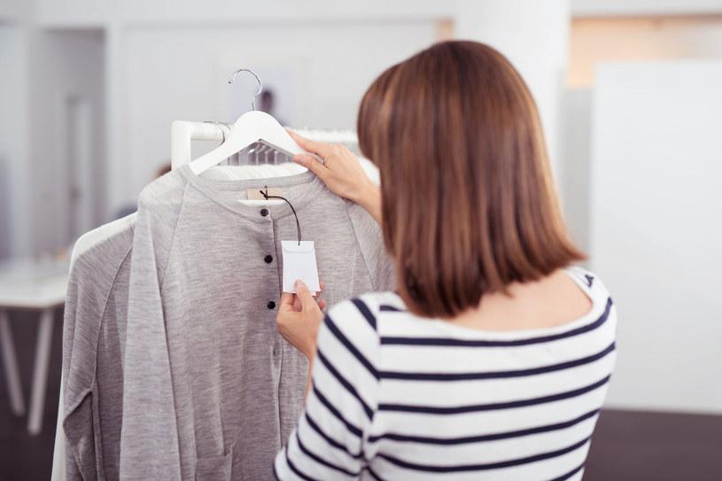 Podczas zakupów zawsze sprawdzaj cenę na metce /123RF/PICSEL