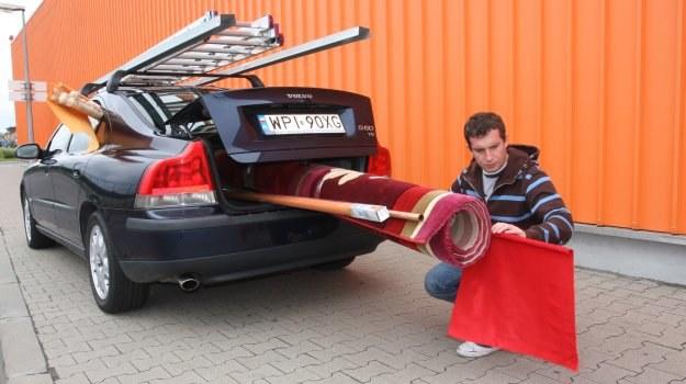 Podczas załadunku bagaże należy umieszczać w taki sposób, by nie zasłaniały lamp, tablic rejestracyjnych i nie ograniczały widoczności. /Motor