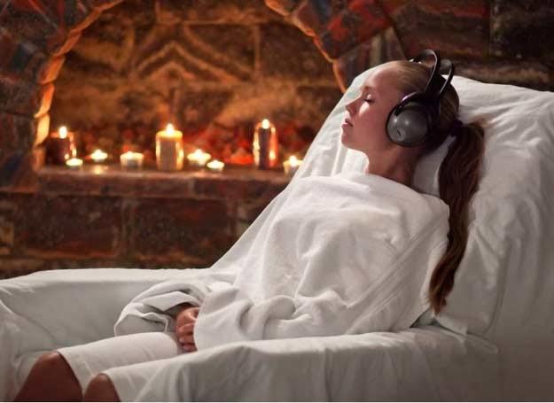 Poddaj się relaksującym dźwiękom muzyki /123RF/PICSEL
