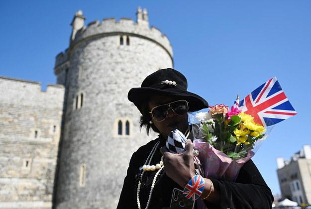 Poddani, żegnając zmarłego księcia, przynoszą w okolice zamku kwiaty oraz brytyjskie flagi / NEIL HALL /PAP/EPA
