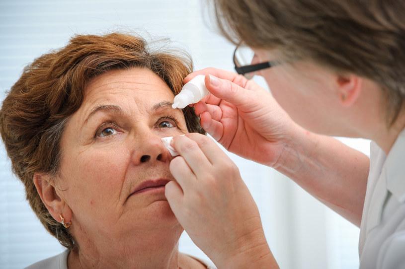 Podejrzane plamki czy błyski mogą wymagać nawet natychmiastowej interwencji okulisty chirurga /123RF/PICSEL
