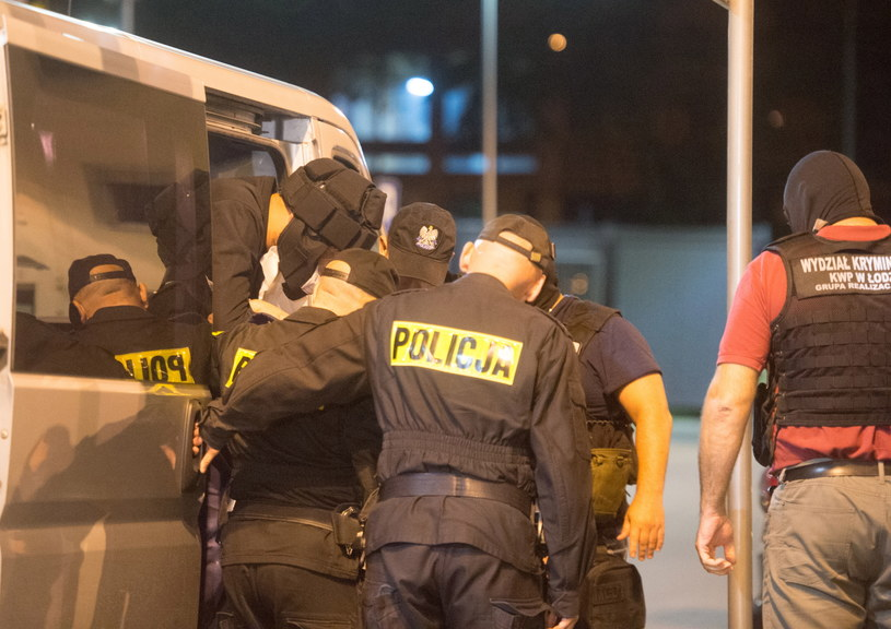 Podejrzanego przewieziono nad ranem do Policyjnej Izby Zatrzymań w Łodzi /Grzegorz Michałowski /PAP