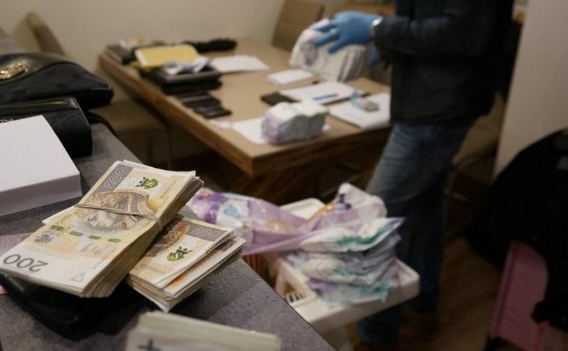 Podejrzani mieli trudnić się wyłudzaniem haraczy i czerpaniem korzyści z prostytucji /Policja