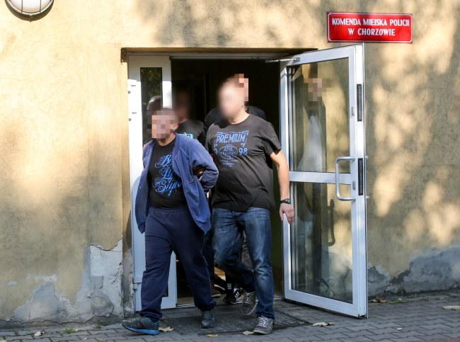 Podejrzani wychodzą z komendy policji w Chorzowie /PAP/Andrzej Grygiel    /PAP