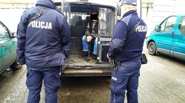 Podejrzany 36-latek w policyjnym wozie /KWP Łódź/www.lodzka.policja.gov.pl /Policja