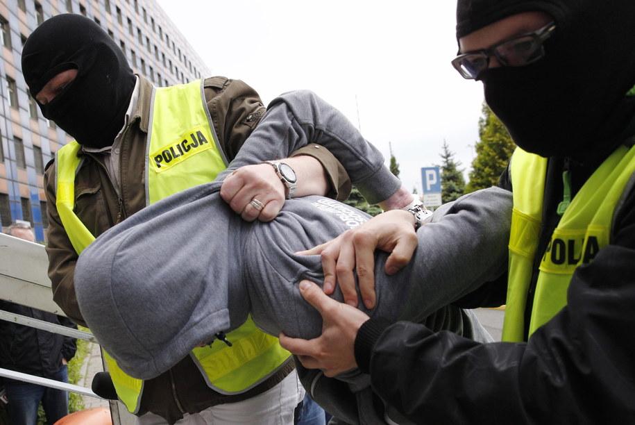 Podejrzany Sebastian K. doprowadzany na okazanie pokrzywdzonym na komendę miejską policji w Katowicach /Andrzej Grygiel /PAP