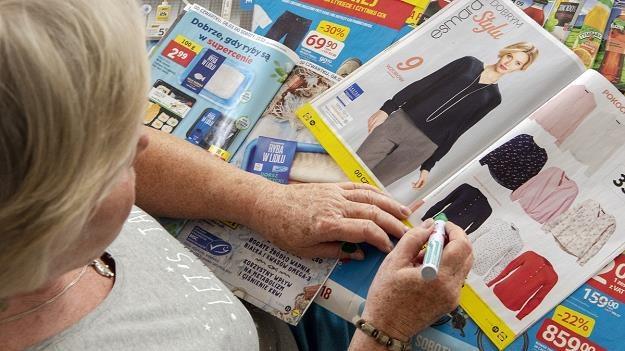 Podejrzliwy senior na zakupach. Porównuje i dokładnie sprawdza ceny w gazetkach i na półkach /MondayNews