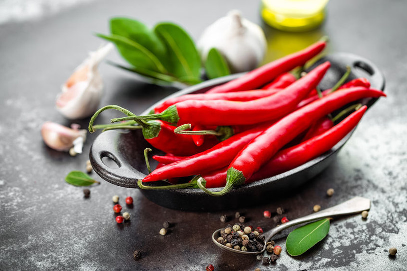 Podgrzej olej i dodaj papryczki chilli /123RF/PICSEL