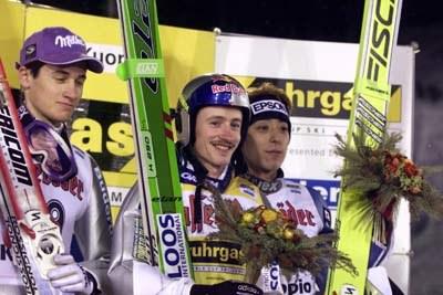 Podium konkusu w Kuopio: Od lewej: Martin Schmitt, Adam Małysz i Kazuyoshi Funaki