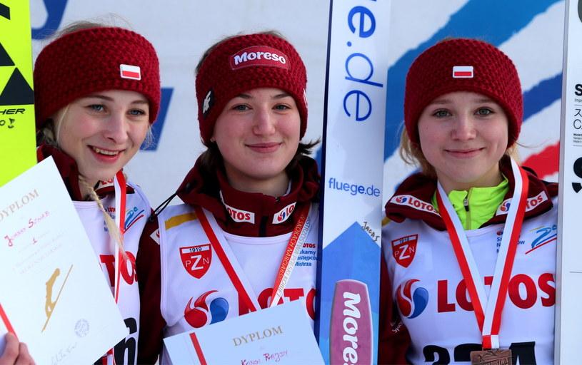 Podium mistrzostw Polski w skokach narciarskich kobiet - od lewej: Joanna Szwab (złoty medal), Kinga Rajda (złoty medal) i Anna Twardosz (brązowy medal) / Andrzej Grygiel    /PAP