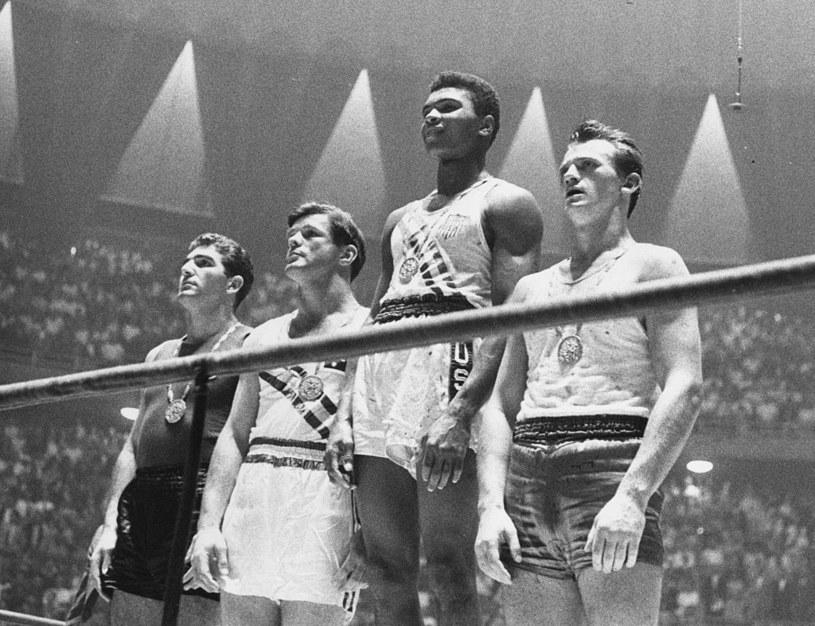 Podium z IO w Rzymie. Pierwszy z prawej, ze srebrnym medalem, Zbigniew Pietrzykowski. Na najwyższym stopniu podium wschodząca gwiazda, przyszła ikona boksu zawodowego Muhammad Ali, wtedy znany jako Cassius Clay /Getty Images