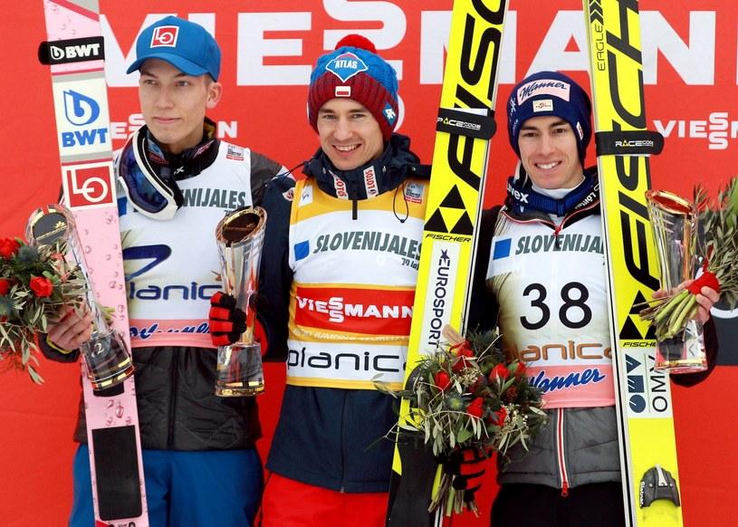 Podium zawodów Pucharu Świata w lotach narciarskich na skoczni HS-240 - od lewej: drugi w konkursie Johann Andre Forfang z Norwegii, triumfator, Polak Kami Stoch i trzeci Austriak Stefan Kraft / Grzegorz Momot    /PAP