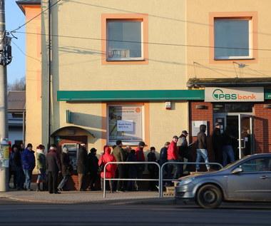 Podkarpacie: Kolejki przed oddziałami banku PBS. Klienci w pośpiechu wypłacają pieniądze