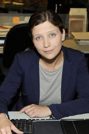 Podkomisarz Joanna Majewska (Anna Grycewicz) nie tylko śledzi podejrzanych, ale też zbiera informacje o metodach pracy Kaszowskiego. /fot  /AKPA