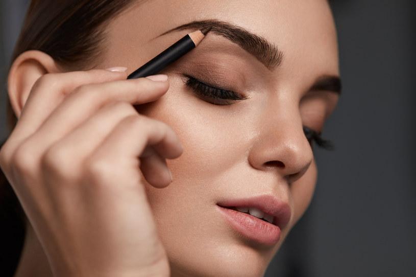 Podkreślenie brwi to niewątpliwe uzupełnienie makijażu /123RF/PICSEL