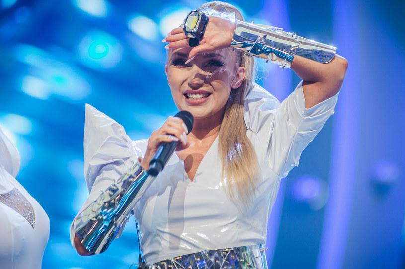Podkreślone ramiona to hit tego lata! Patrzcie na Cleo i jej kreację na Polsat SuperHit Festiwalu /Karol Makurat/REPORTER /Reporter