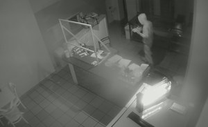 Podlaskie: Okradł lokal i zrobił sobie kebaba. Nagrały go kamery