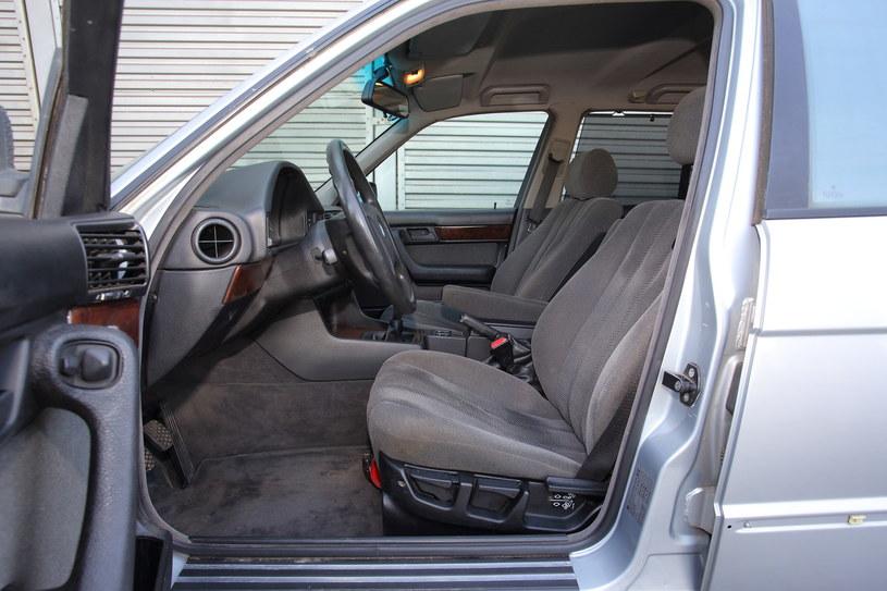 Podłokietniki nie były oczywistością na przełomie lat 80. i 90., tak jak i wiele płaszczyzn regulacji fotela. /Motor