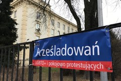 Podmienione nazwy ulic przed Komendą Główną Policji
