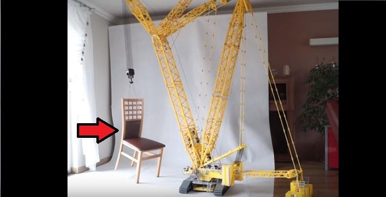 Podniesie nawet ciężkie krzesło /YouTube