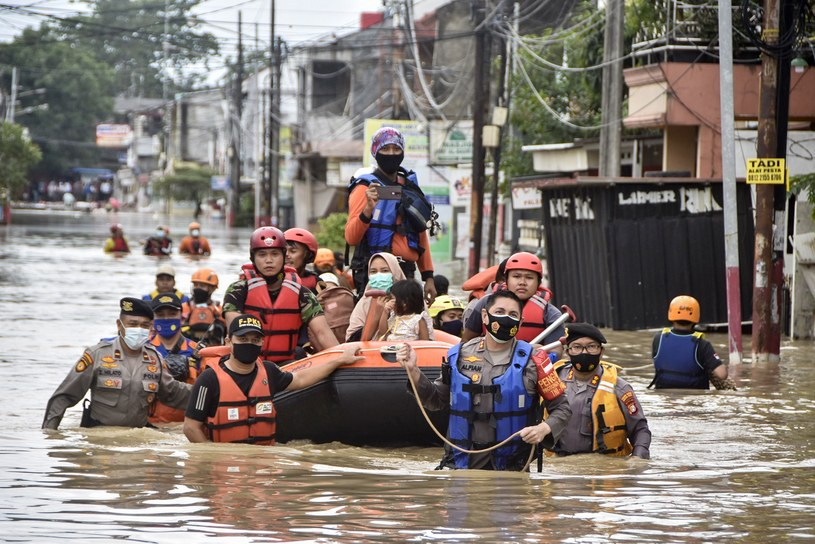 Podniesienie się poziomu wód zagraża takim miastom jak Dżakarta. /Rezas /AFP