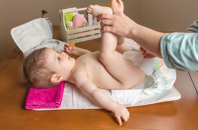 Podnoszenie dziecięcych nóżek podczas przewijania może uszkodzić stawy biodrowe malucha /123RF/PICSEL