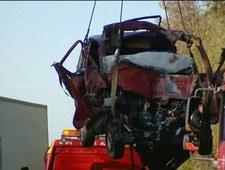 Podnoszenie wraku busa po wypadku w Nowym Mieście