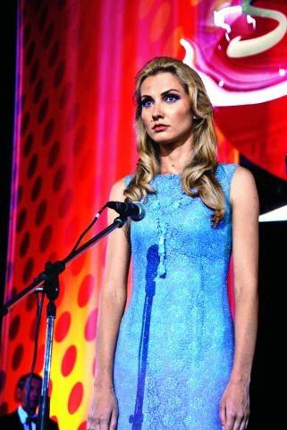 Podobieństwo aktorki do Anny German jest uderzające. Joanna Moro nauczyła się też śpiewu techniką artystki. /Mat. Prasowe