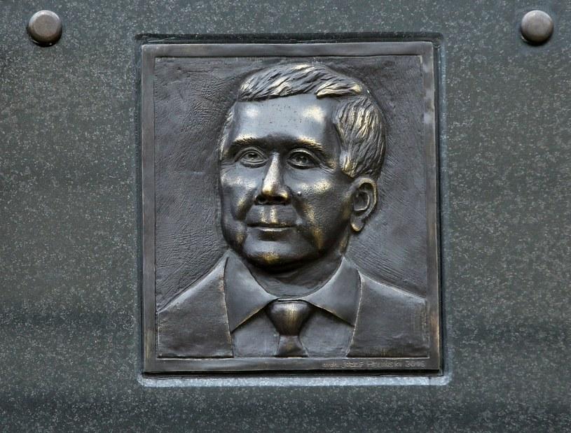 Podobizna Lecha Kaczyńskiego na pamiątkowej tablicy /Stanisław Kowaczuk /East News