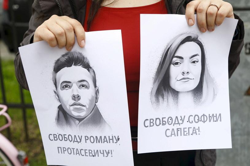 Podobizny Ramana Pratasiewicza i Sofii Sapiegi na transparentach manifestujących /TOMS KALNINS  /PAP/EPA