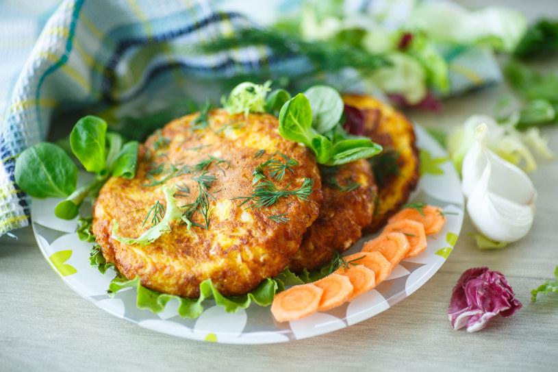 Podobnie przyrządzisz seler. Ugotuj go wcześniej z algami nori (do sushi) i owiń nimi przed smażeniem, a będzie smakować jak ryba. /123RF/PICSEL