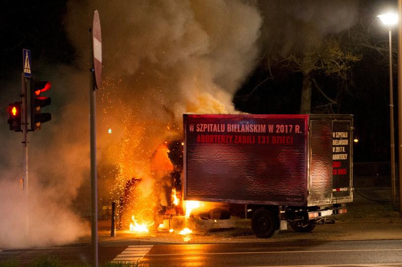 Podpalenia furgonetek Fundacji PRO zdarzają się coraz częściej na znak protestu /Mikołaj Kiemblowski /Reporter