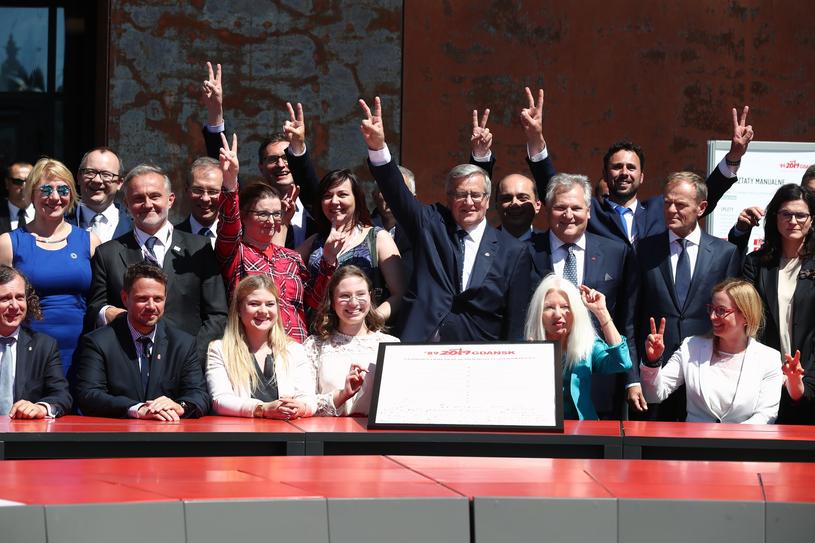 """Podpisanie """"Deklaracji Wolności i Solidarności"""" przez byłych prezydentów, zgromadzonych polityków i samorządowców /fot. Andrzej Iwanczuk /Reporter"""