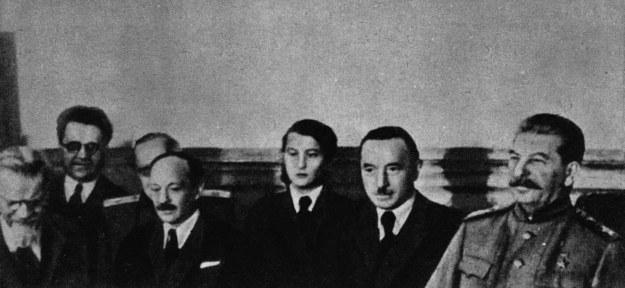 Podpisanie paktu polsko-radzieckiego o przyjaźni, pomocy wzajemnej oraz współpracy, n/z od prawej: Józef Stalin, Bolesław Bierut, Wanda Wasilewska. Moskwa, 21 kwietnia 1945 r. /Agencja FORUM