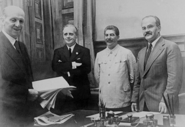 Podpisanie paktu Ribbentrop-Mołotow. Od lewej: Friedrich Gaus, Joachim von Ribbentrop, Józef Stalin i Wiaczesław Mołotow /AFP