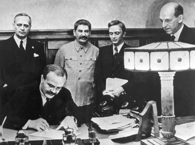 Podpisanie paktu Ribbentrop-Mołotow /PAP/DPA