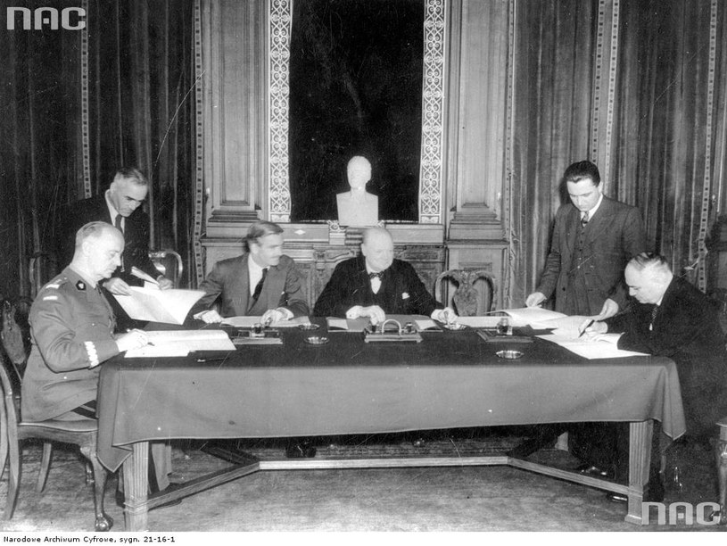 Podpisanie układu polsko-radzieckiego o nawiązaniu stosunków dyplomatycznych w Londynie, 1941 /Z archiwum Narodowego Archiwum Cyfrowego