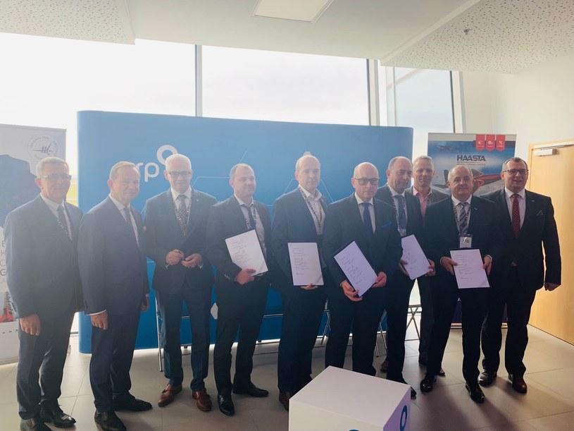Podpisanie umowy w ramach  współpracy ARP S.A. z MŚP z branży lotniczej i Siecią  Badawczą Łukasiewicz - Instytut Lotnictwa podczas Kongresu 590 w Jasionce, źródło: ARP /&nbsp