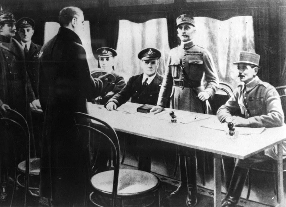 Podpisanie zawieszenia broni w wagonie w Compiegne. Stoi marszałek Foch, przed nim - po lewej przedstawiciele strony niemieckiej /CAF /PAP