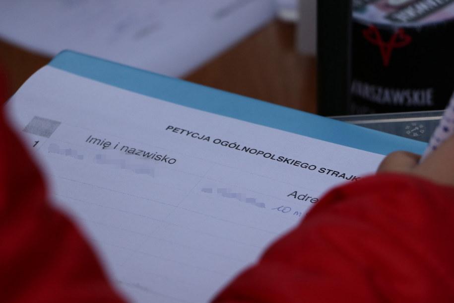 Podpisy pod petycją ws. ogólnopolskiego strajku kobiet zbierano m.in. w Warszawie (zdjęcie ilustracyjne) /Michał Dukaczewski /RMF FM