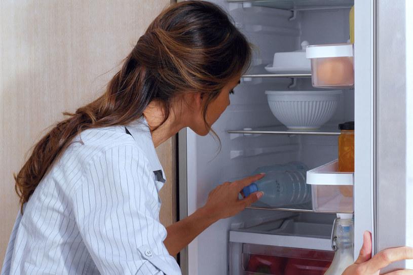Podpowiadamy, jak pozbyć się przykrego zapachu z lodówki /123RF/PICSEL