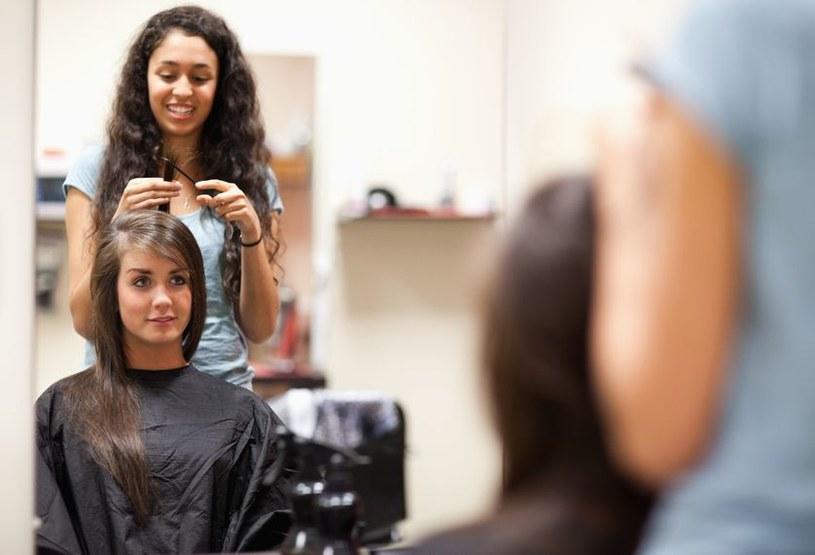 Podpowiadamy jak szybko zrobić elegancką fryzurę w domu /123RF/PICSEL